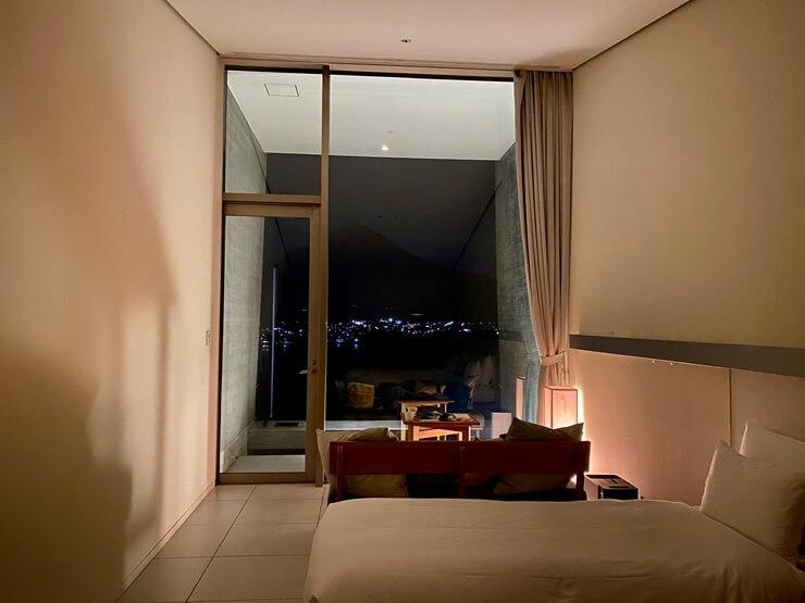 星のや富士の客室(夜)