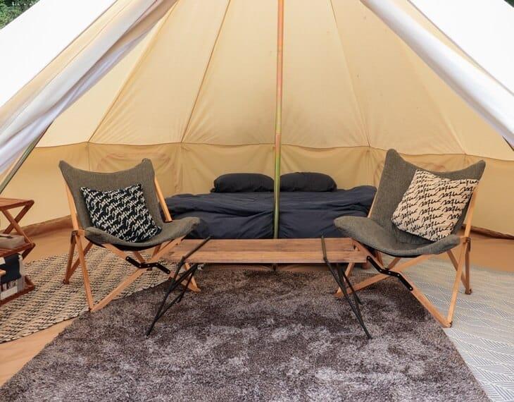 ビヤンドビレッジのテント客室のインテリア