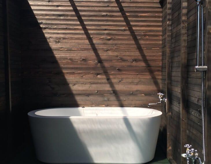 PAWS GROUNDのテント客室に専用の浴室