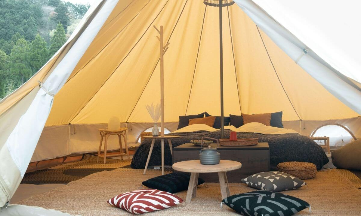 「ザランタン(The Lantown)あば村」のテント客室の内装